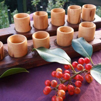 Mini tagliere con bicchierini in legno torniti